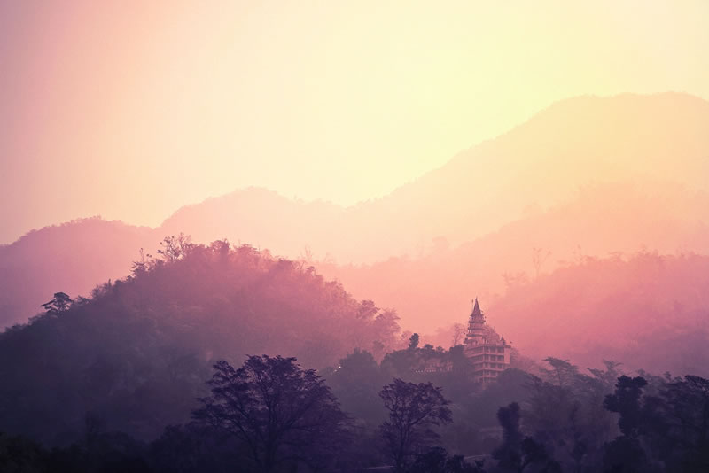 Buddhistischer Tempel umgeben von Wälder