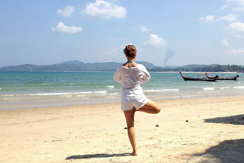 Yoga-Übung: Der Baum am Strand